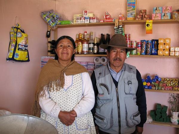 En lille butik, hvor man kan købe alt fra toiletpapir til chokolede er en vigtig indkomst for mange familier i Peru og Bolivia. På billedet ses ægteparret Justina og Modesto, som driver deres lille butik på øen Isla del Sol i den bolivianske del af Titicacasøen.
