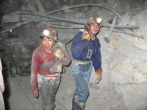 To minearbejdere på arbejde i 'Det rige bjerg' i Potosi - Bolivia.